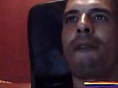 ARGELINO SEXY SE LA MENEA VIENDO MI CULITO GAY ABIERTO - JUGANDO EN LA CAM GAY