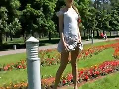 visok tanke blondinka hodi okrog v javne