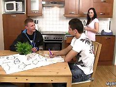 jos hunky vaikinas gauna pakliuvom ant stalo