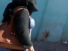 arābu mamma ar lielām krūtīm staigāt iela