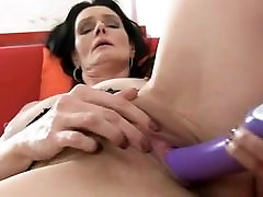 MATURE BRUNETTE LAURA DARK TOY FUCK HER PUSSY