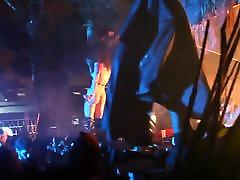 seksualus plaukuotas dainininkas rogol pengkid nuogas į sceną dj koncertas klubas numeriai 3