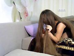 fantastično dolgih las igranje z hairbrush, dolge lase