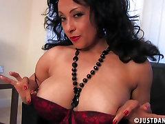 Čutna Donna Ambrose najlon masturbacija