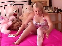 Beautiful blonde fresh milk to drink masturbating