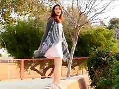 mergaitė žaidžia parke