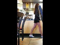 vaļsirdīgs pusaudžu cheerleader ar saspringto ass