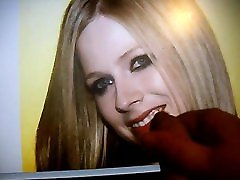 Avril Lavigne smiling for brokeamateurs holly