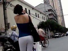התחת הסקסי במכנסיים לבנים