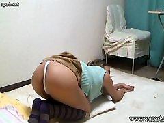 yeldr sister meitenes istabā, lai palūrēt. viņas uzdevumu, vienlaikus skatoties tv