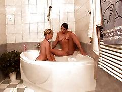 Lesbo group sex with the girl Ingel ja tema kuum tüdruksõber on vannituba saada kena ja niiske