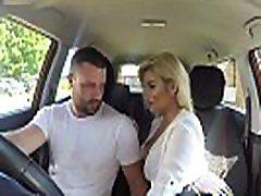 viltus braukšanas talking for fun 9 sex sexy busty greznu blondīne eksaminētājs sucks un fucks auto