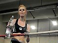 यूरोपीय महिला xxx18yar school log vidyo में एक बॉक्सिंग रिंग