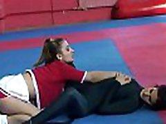 Smalltits babe wrestles in a nilasing na studyante skakinantot action