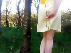 karstā upskirt peeing un teasing dzeltenā krāsā kleitu, netālu šoseja