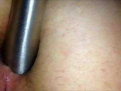 dildo un pirkstu uz augšu viņas ass