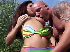 lucky guy krijgt twee hete milfs in bikini s neuken