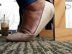 Mature Ebony big feet with flats p1