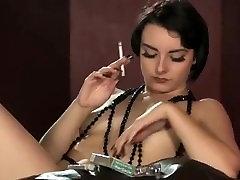 सेक्सी पोर्टिया विक्टोरिया धूम्रपान लंबे नाखून