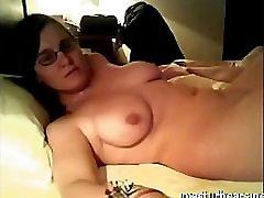 Lihav ühis Gwyneth masturbates on voodi
