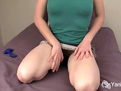 Amatöör Nina masturbates tema karvane tuss