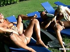 divas gribošas pāriem, kuriem ir sekss ārpus telpām, zem spožā karību saule