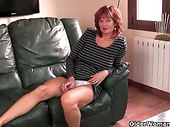 Nobriedis sarkanmatainā mamma masturbē