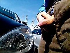 k&ogravecalos - pissing viešoje automobilių stovėjimo aikštelė