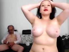mlada ženska masturbirajo starega človeka in je končal