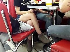 खरा सेक्सी पैरों को पार टेबल के नीचे
