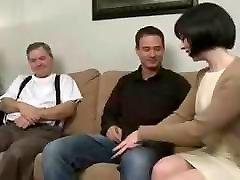 mama vilioja sūnus ir leidžia vyrui žiūrėti