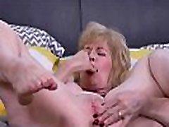 American gilf Sindee Dix gets horny in aunt after bath