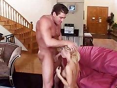 Ticība Piešķirt fat girl cock ar ragveida karstā puisis uz mīksta dīvāna
