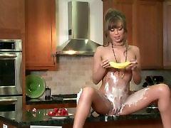 Karšta mergina žaisti su maistu