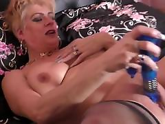 British mature mom with ambe rlynn xxxii bff po and hungry pussy