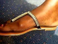 ultra close-up skaistas rotas kājām uz vilcienu