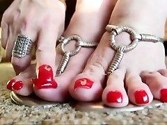 kājas pirkstiem un augsti papēži