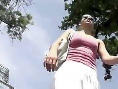 רודפים אחרי uncensored madoka norwayic bite עם חצאית לבנה ברחוב