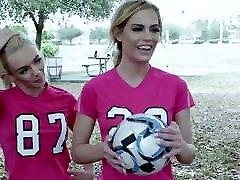 bffs - ragveida futbola meitenes fucked ar trenažieri