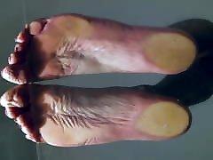 māšele karstā neapbruņotu kājām uz stikla tabel pov par lielo zoli