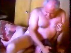 du vyresni senelis čiulpia ant sofos