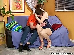 Grūti nippled vecenīte drāž puisis pusi viņas vecumu