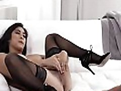 Pretty petite sur le lit Mia Li Gets Fucked Hard On Couch