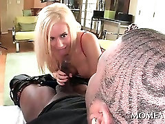 Sex addict babe deep throating huge loaded black prick on knees