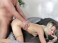Blondínka MILF v pančuchy v prdeli obrovský dick a mačička creampied