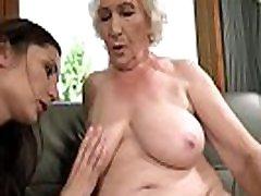 vecā sieviete norma un viņas jaunākā lesbiešu draudzene linda mīlestība