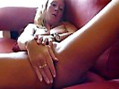 sexy zrelé natalie k šíri jej nohy a vloží dildo hlboko vo vnútri
