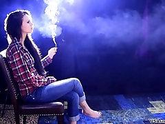 elle globoko vdihne in ohranja dim v njenih pljučih, za dolgo časa 4