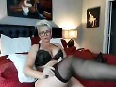 AMATEURE HOUSEWIFE SHOWS PUSSY