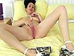 UK milf Annabella Ford rubs her juicy cunny